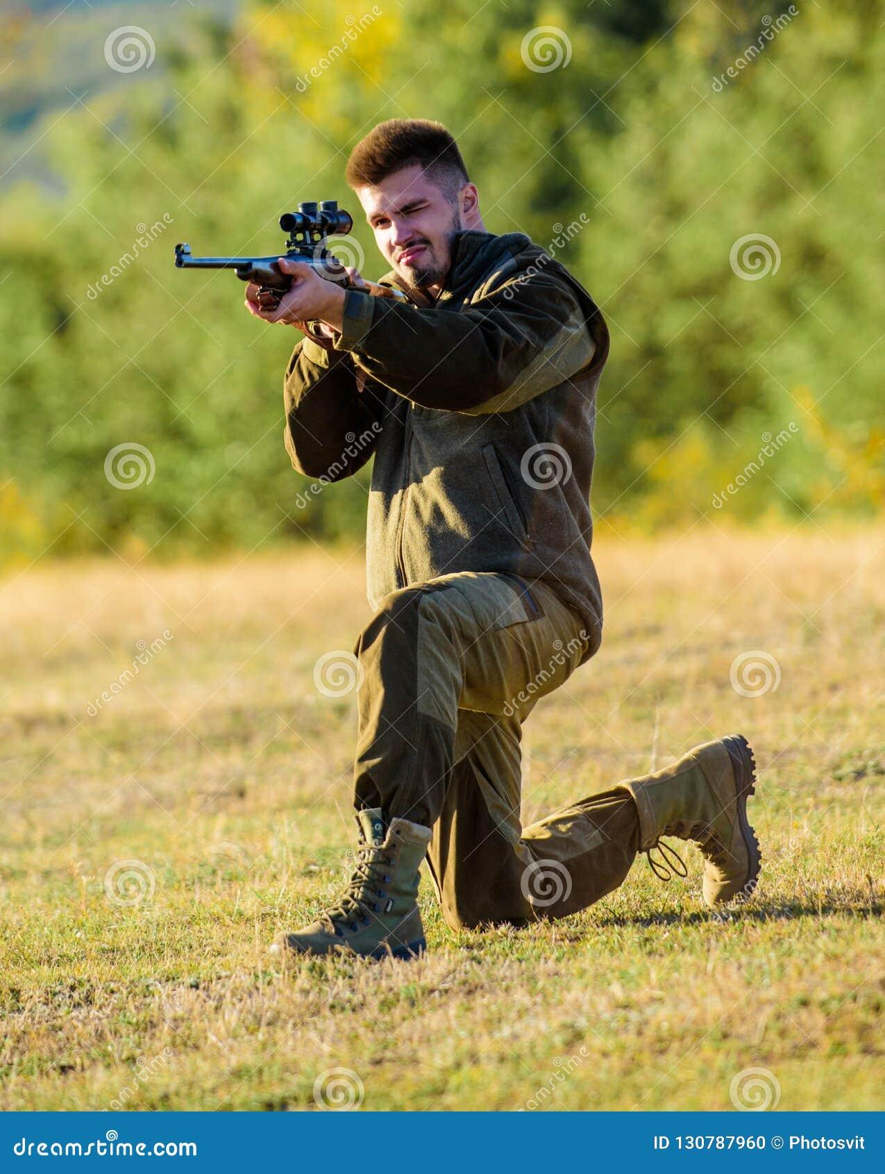 狩猎射击战利品 狩猎的人步枪 寻找单独过程的精神准备 猎人卡其色的衣裳