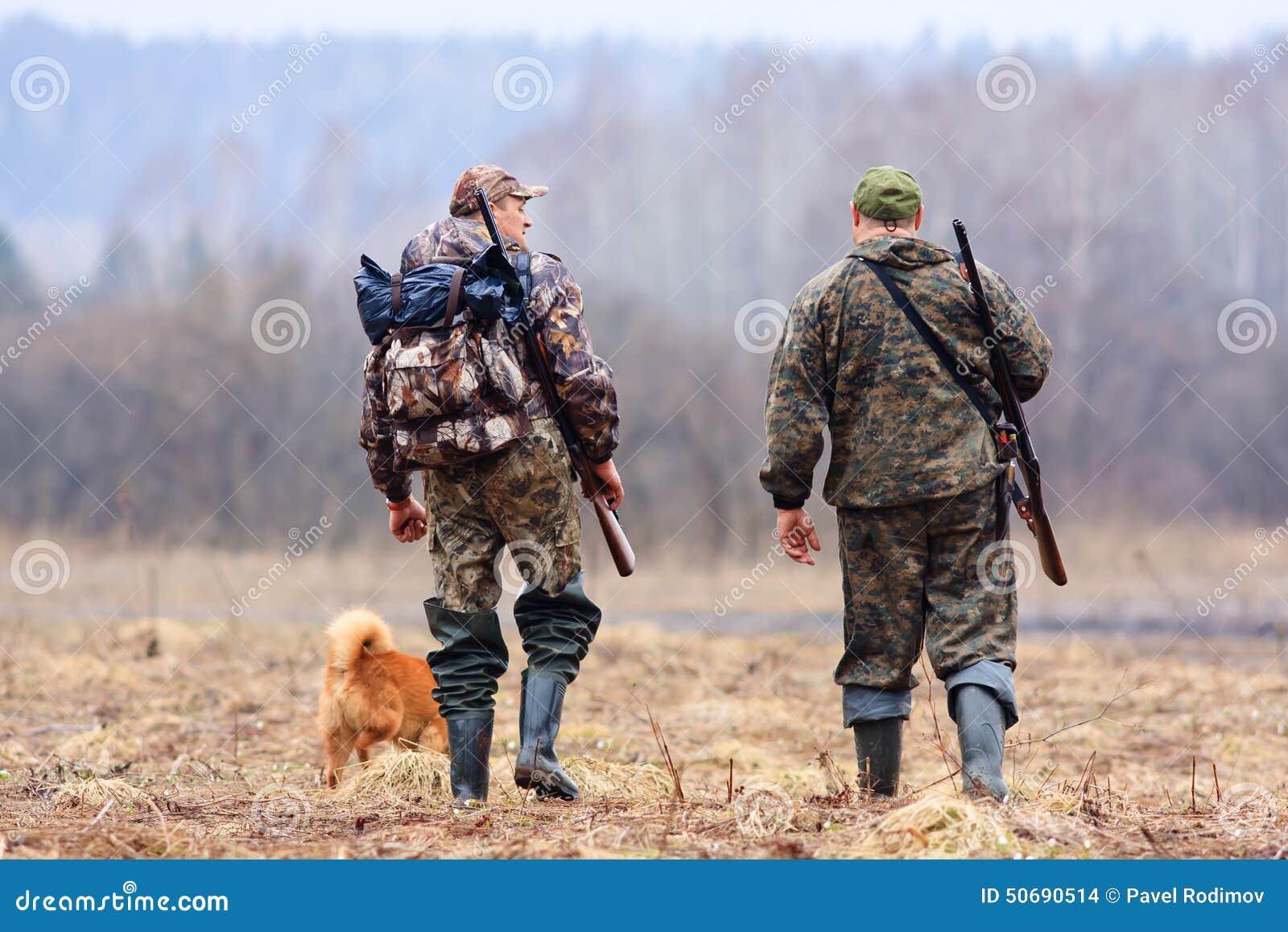 Download 狩猎的两个朋友 库存照片. 图片 包括有 摄影, 猎枪, 季节, 狩猎, 草甸, 追求, 成人, 波美丝毛狗 - 50690514