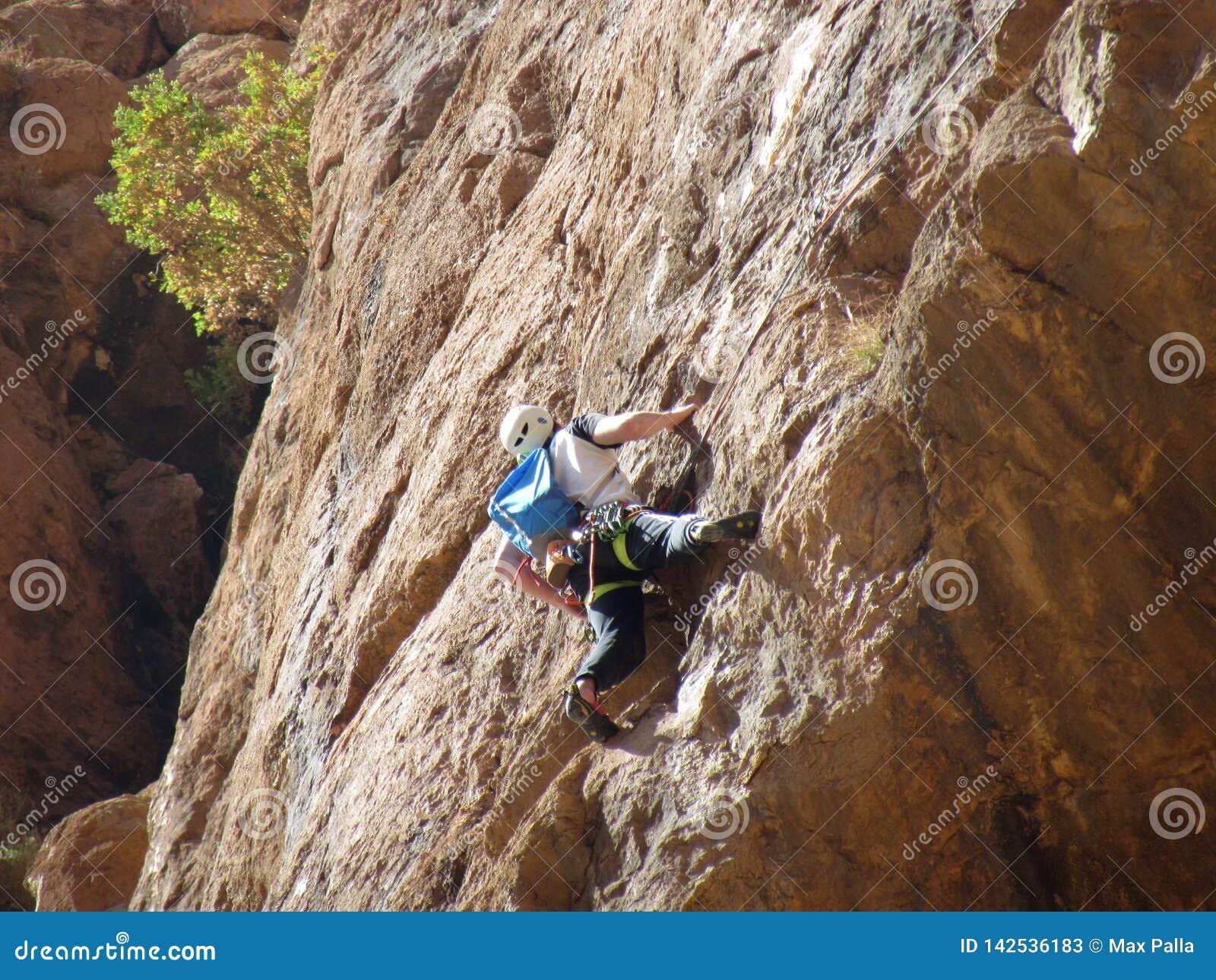 独奏登山人在托德拉峡谷在摩洛哥