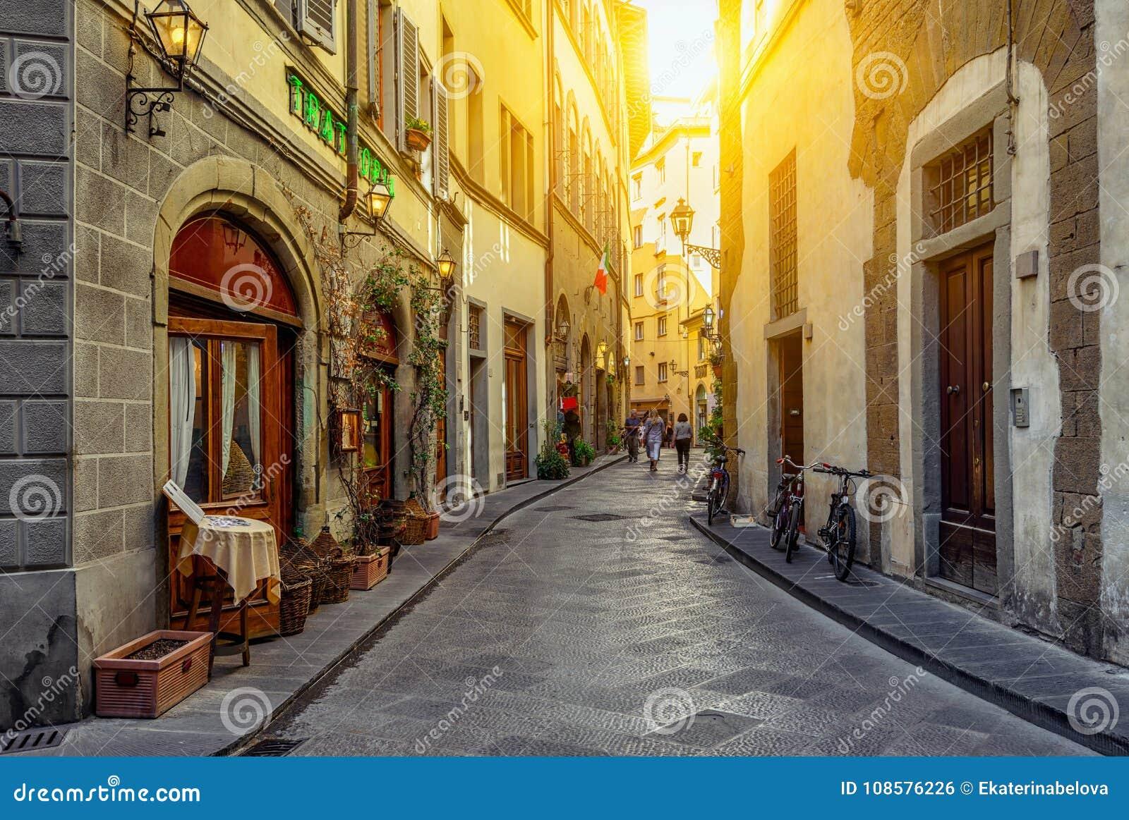狭窄的舒适街道在佛罗伦萨,托斯卡纳