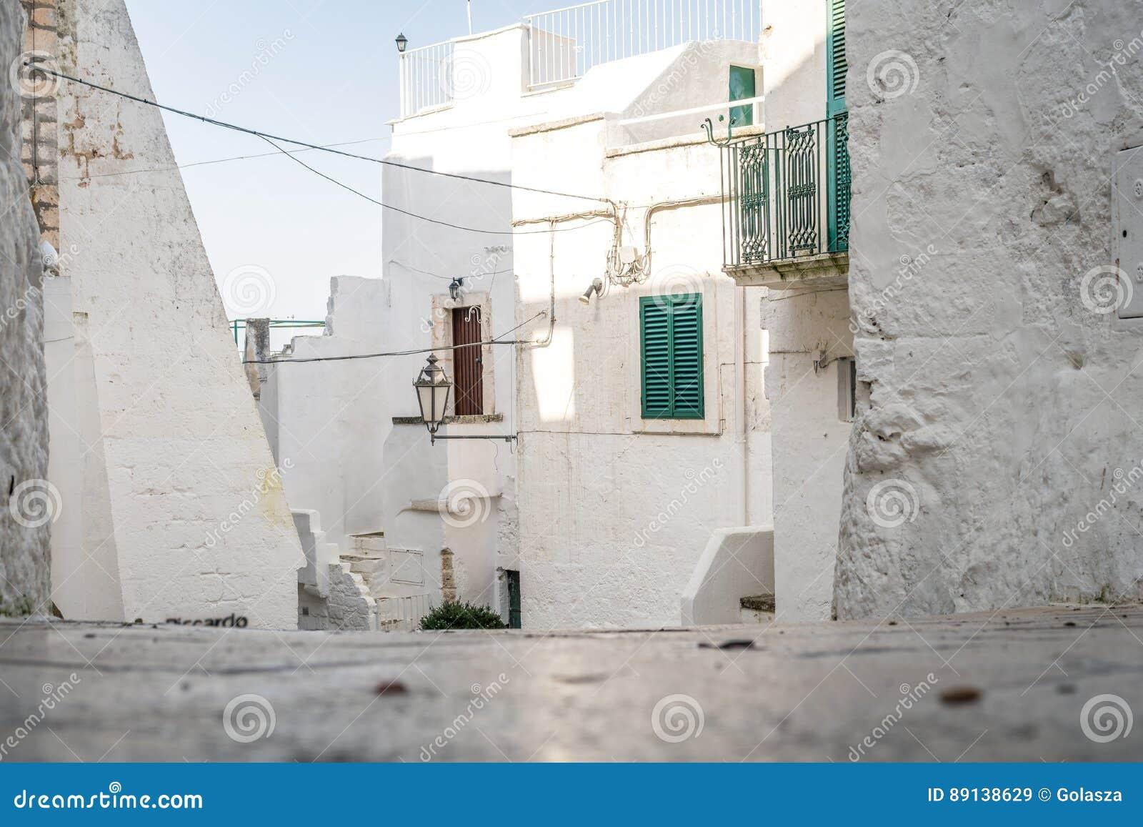 狭窄的街道在白色市奥斯图尼,普利亚,意大利