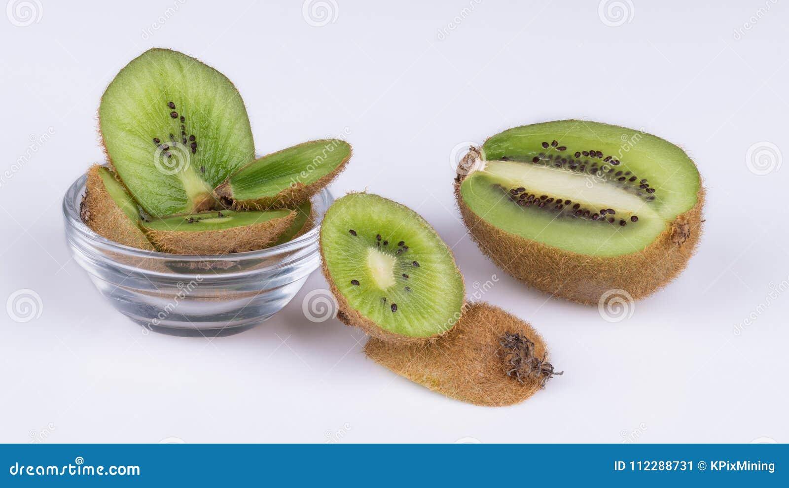 猕猴桃被切的片断与棕色皮肤的 猕猴桃deliciosa