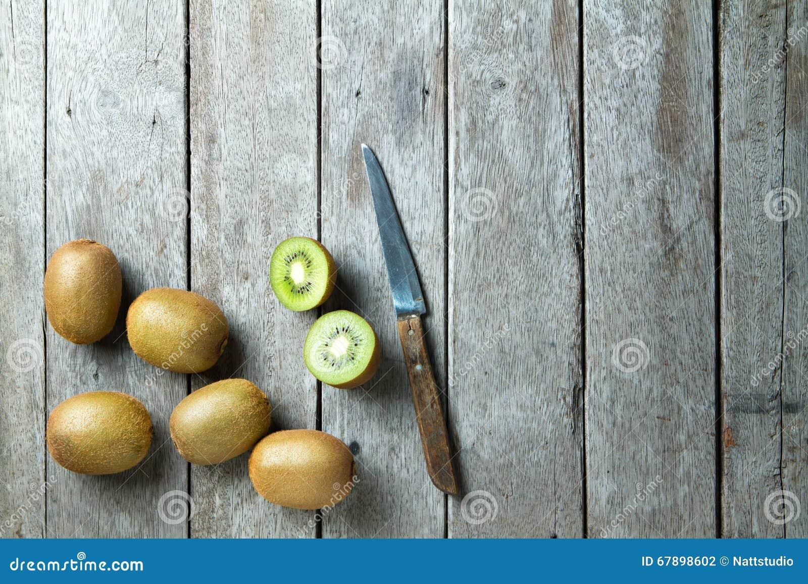 猕猴桃和刀子在木背景