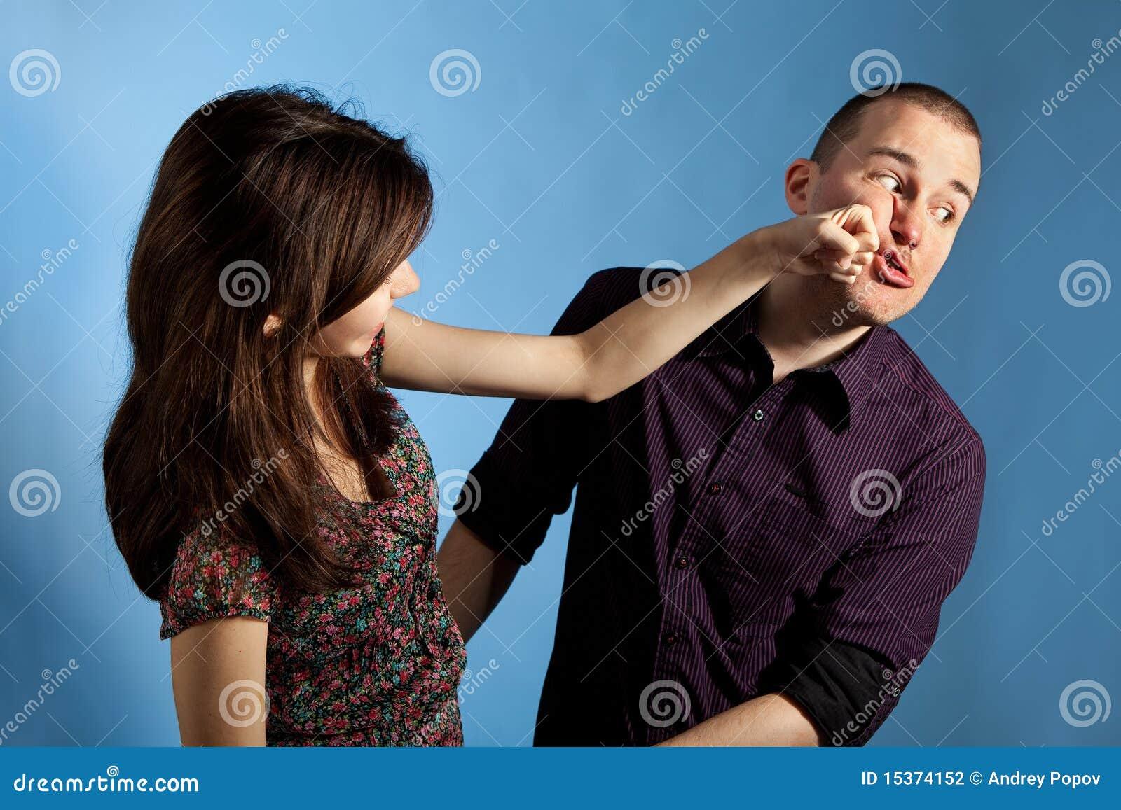 猛击妇女的人