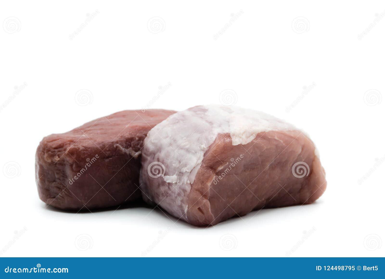 猪里脊肉和在白色背景隔绝的牛里脊肉