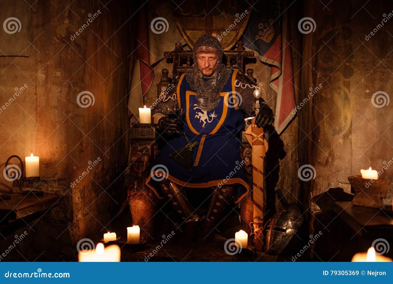 王位的中世纪国王在古老城堡内部