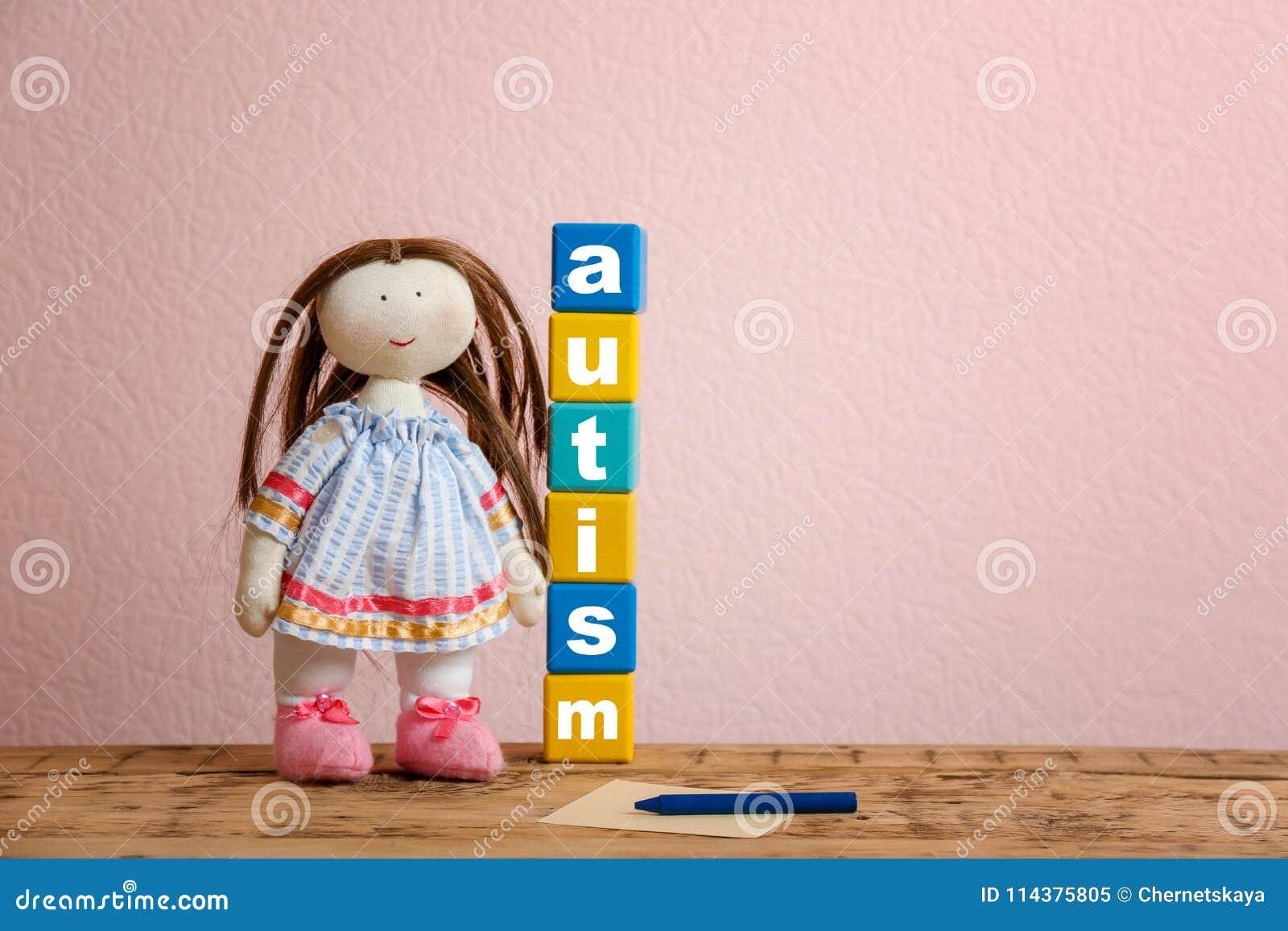 玩偶和立方体与词