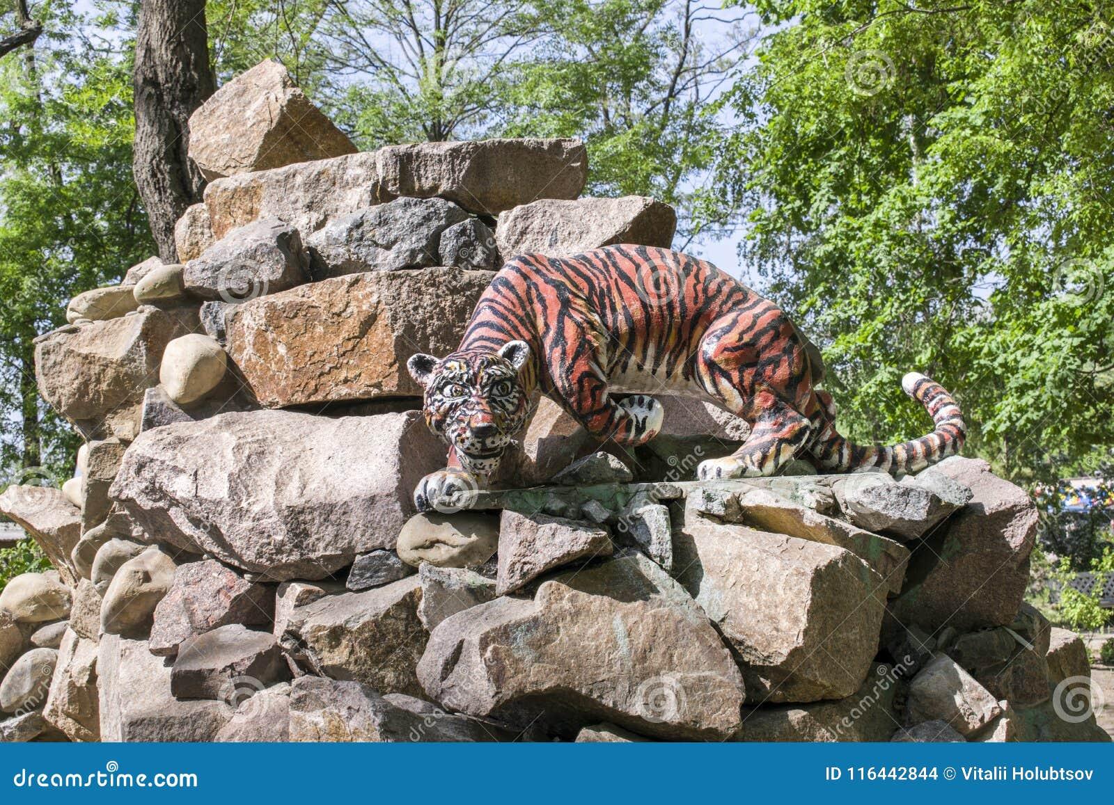 玩具狮子在岩石站立