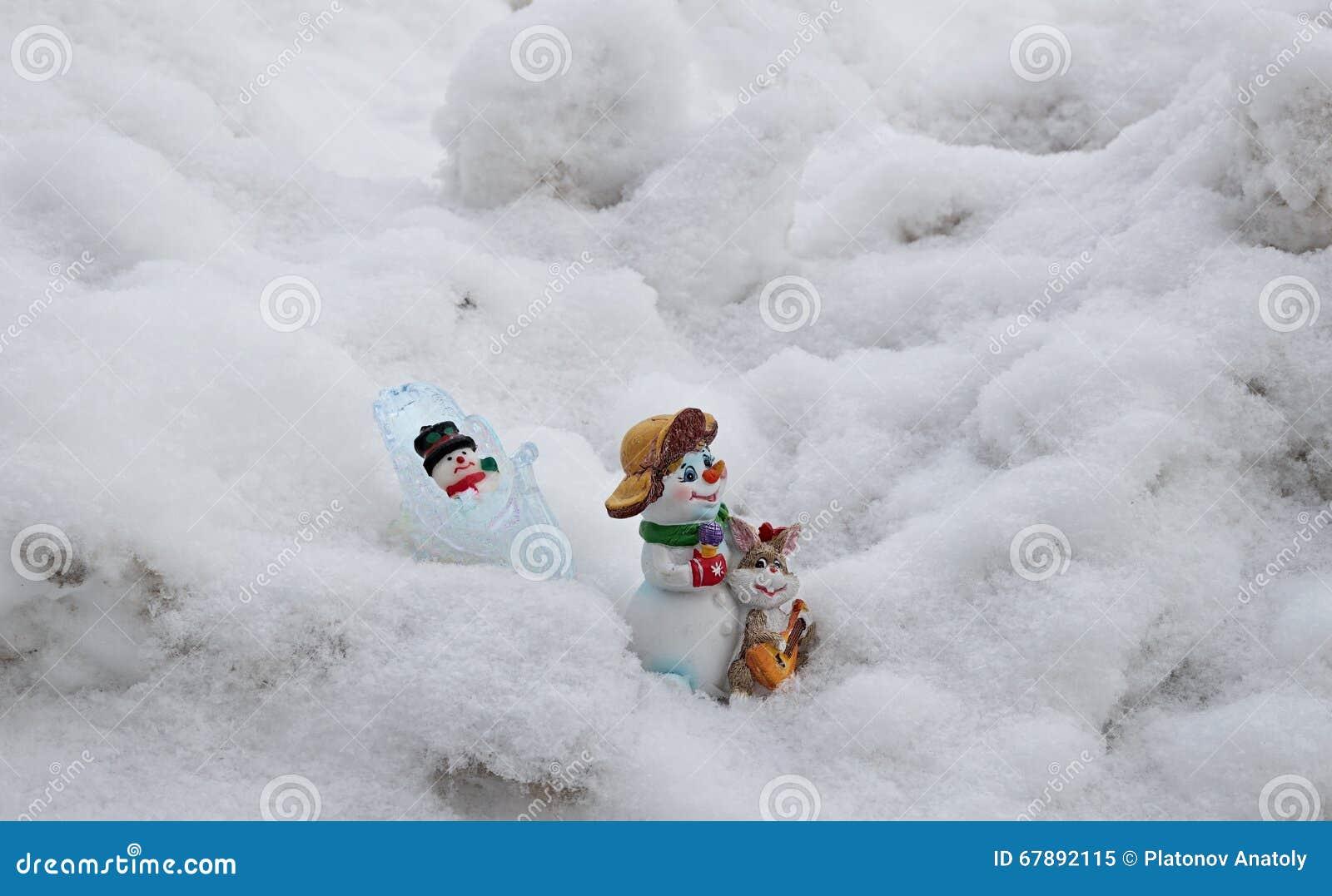 玩具雪人通过雪做家庭方式和漂泊