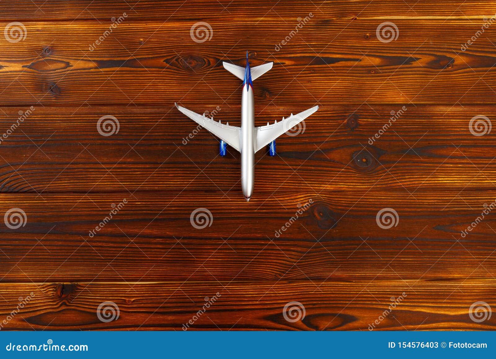 玩具飞机顶视图照片在木背景的