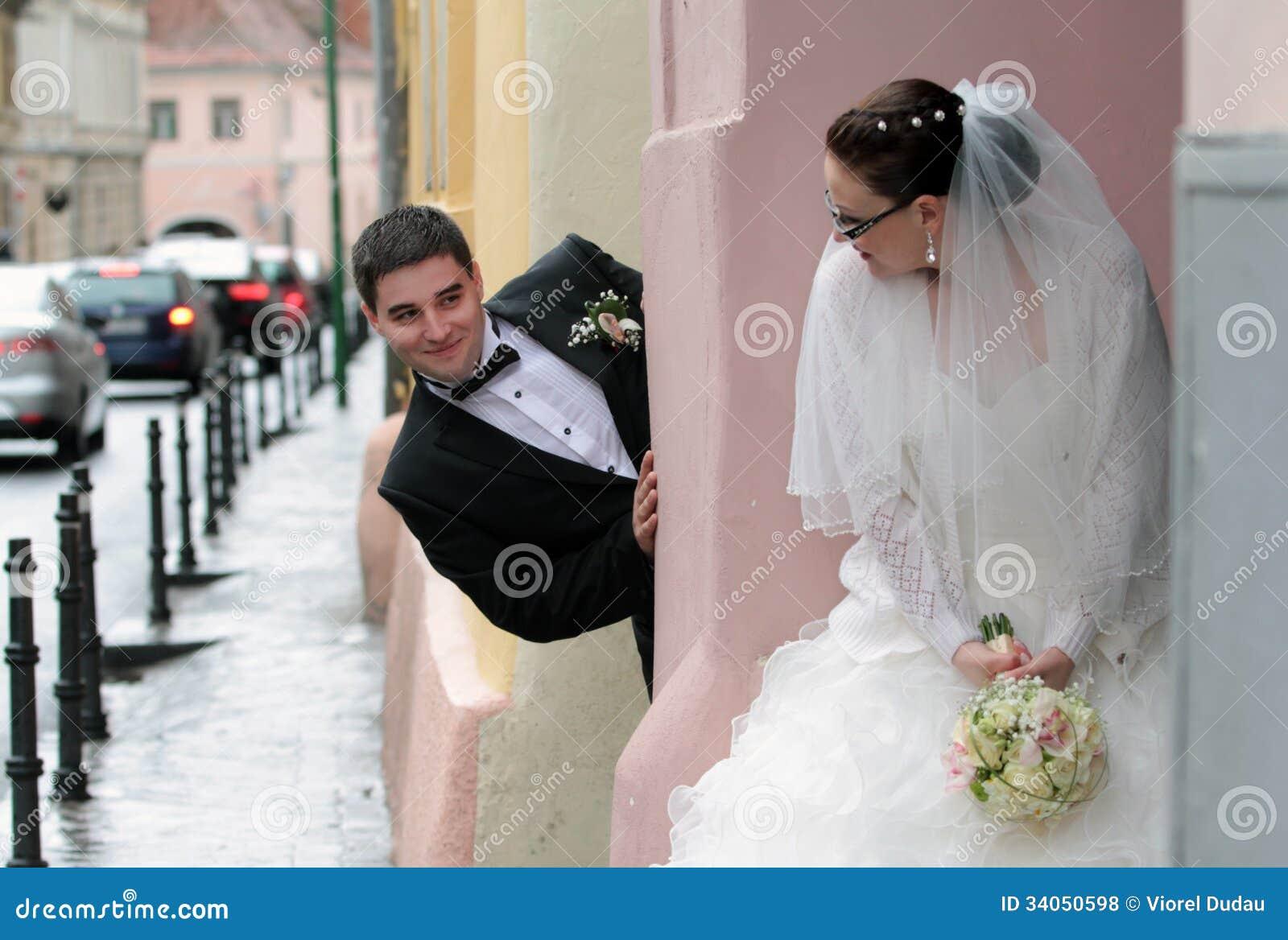 玩捉迷藏的新娘和新郎