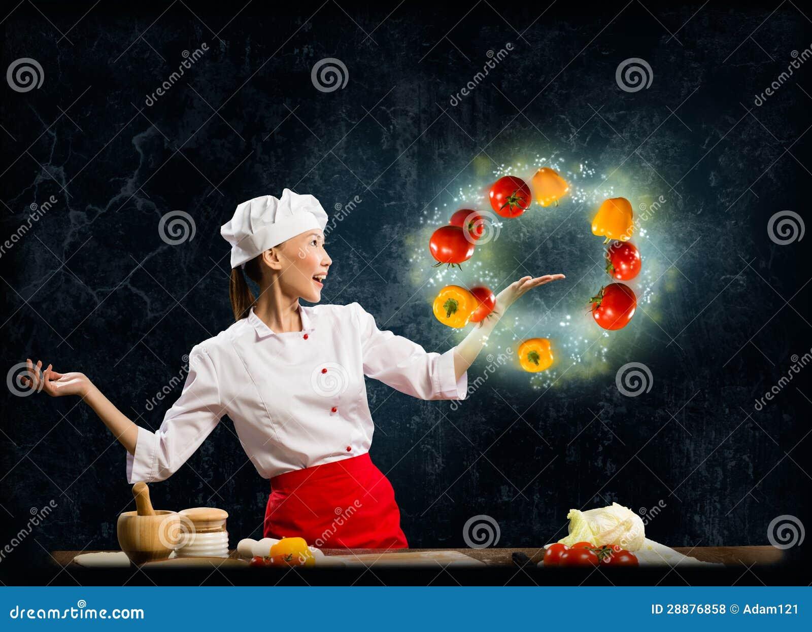 玩杂耍与菜的亚裔妇女厨师