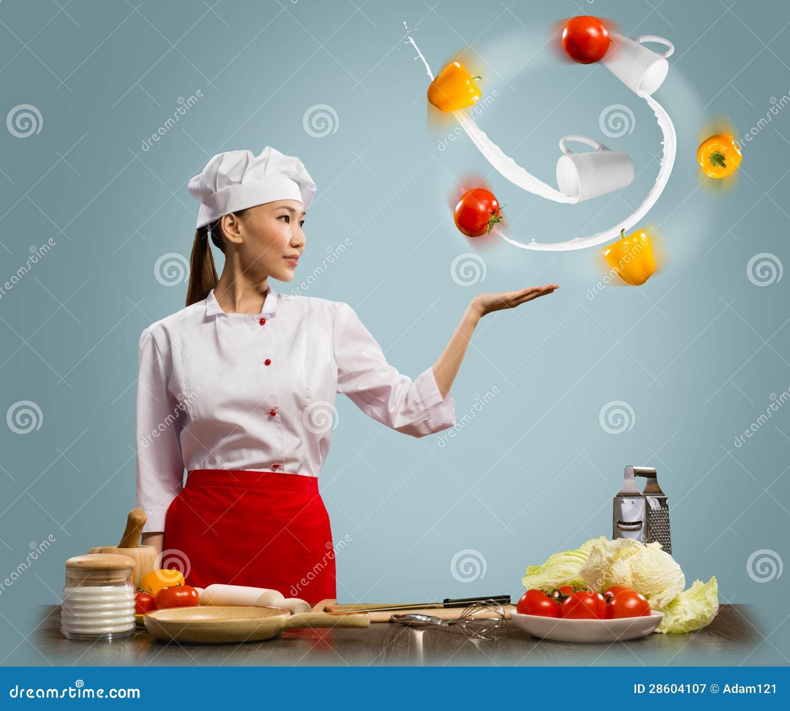 玩杂耍与蔬菜的亚裔妇女主厨