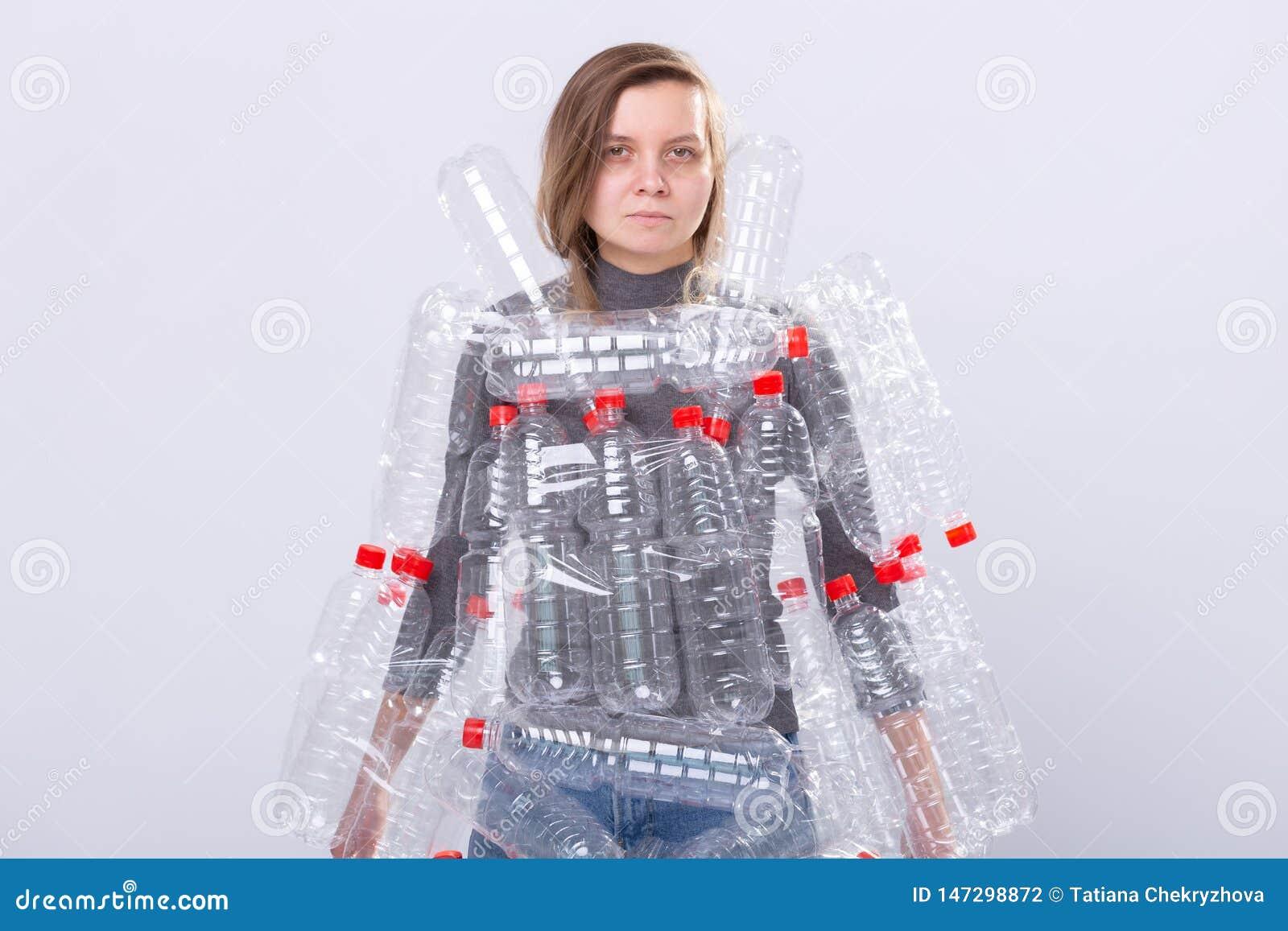 环保、人们和可再循环的塑料概念-被用尽的妇女担忧环境灾害