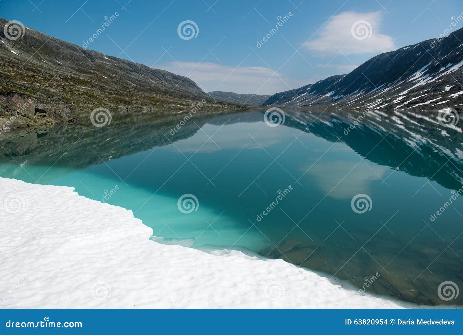 环境美化与山湖并且下雪,挪威