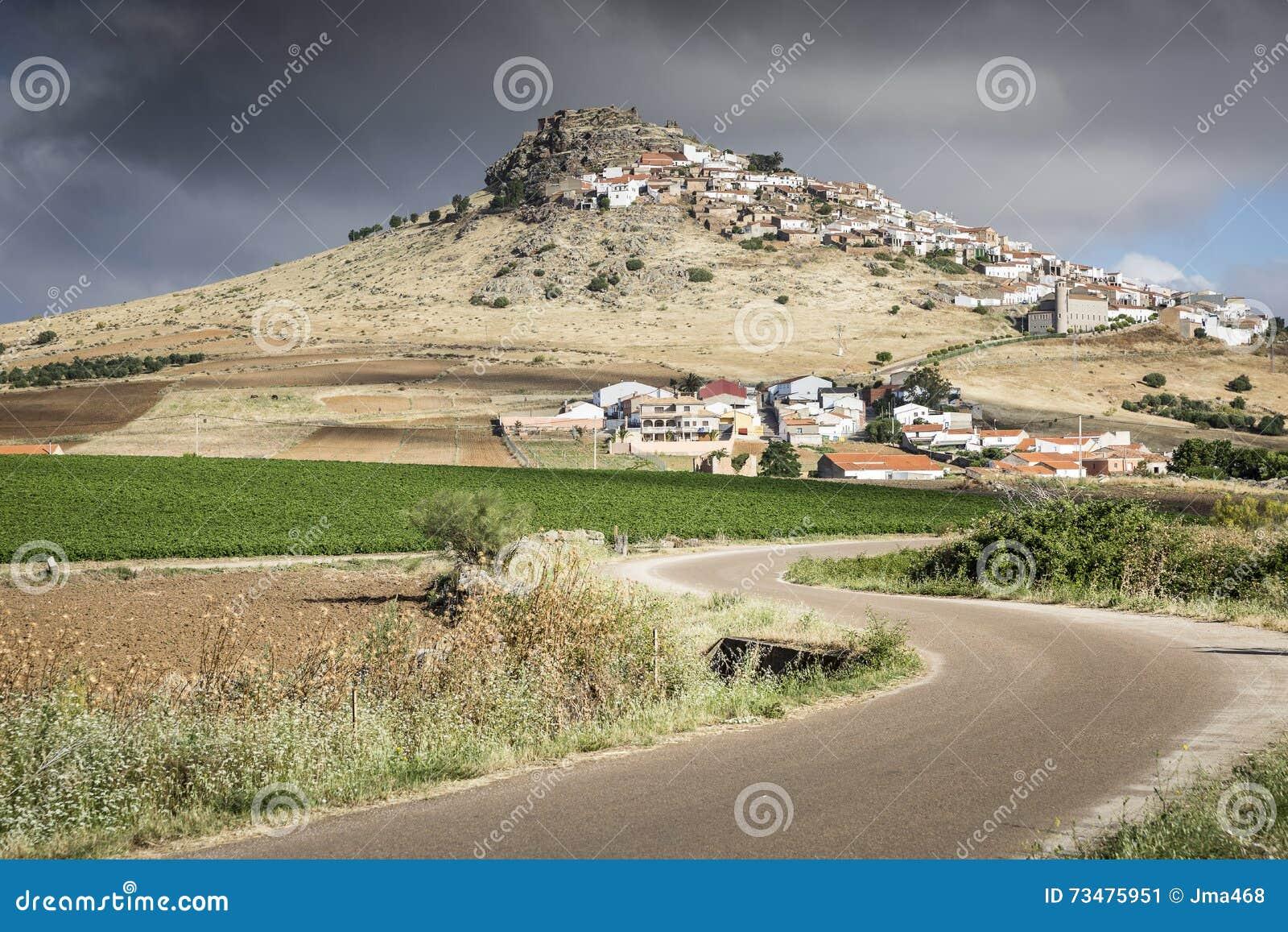 环境美化和马加塞拉镇在一多云天,巴达霍斯看法