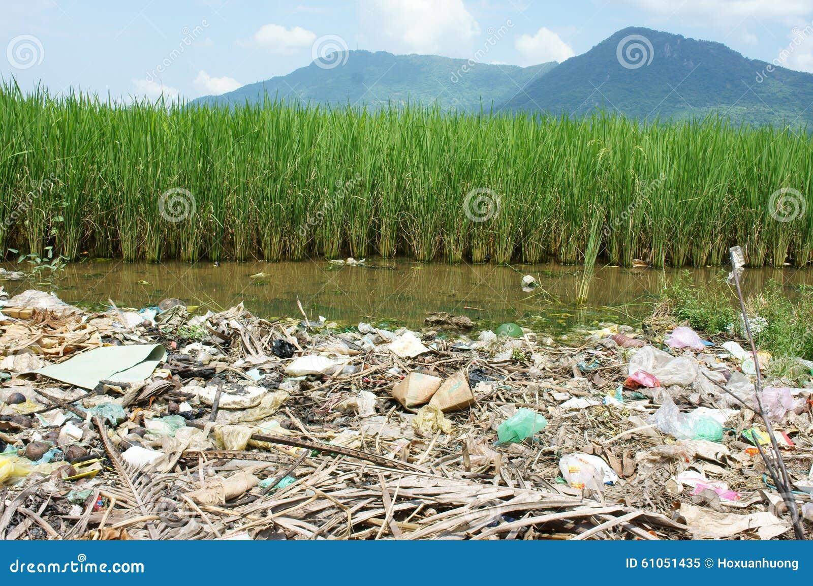 download 环境问题,垃圾填埋,农田,被污染 库存图片.