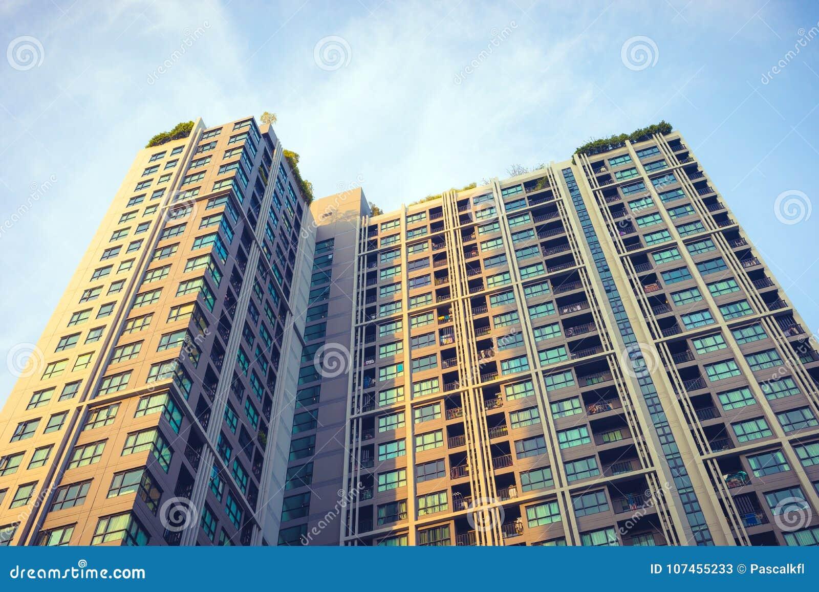 现代公寓外部与蓝天