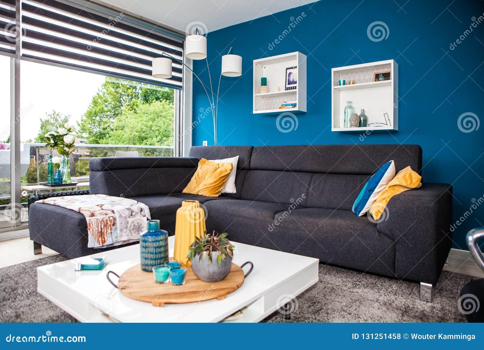 现代和温暖的客厅内部