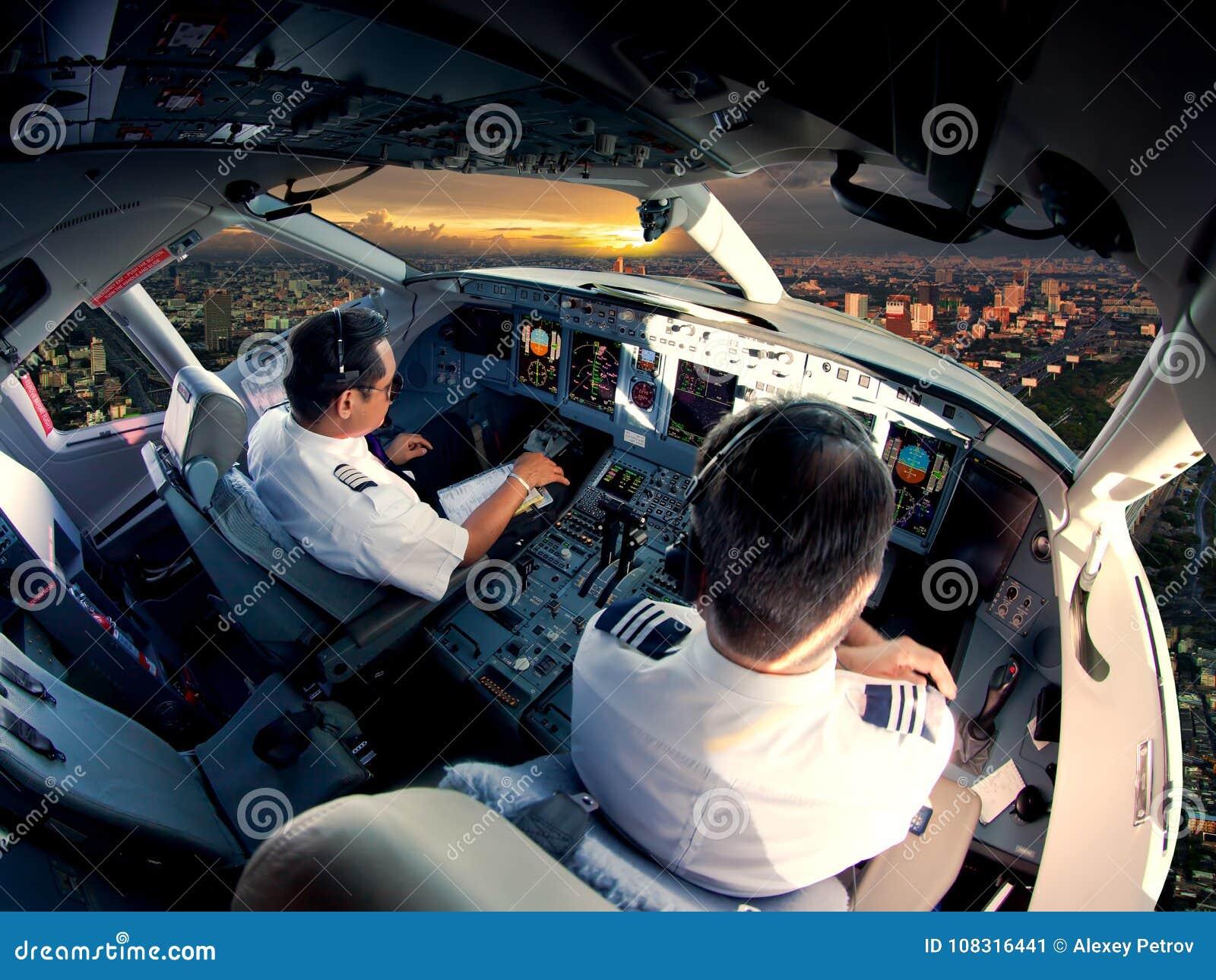 现代喷气式客机航空器驾驶舱