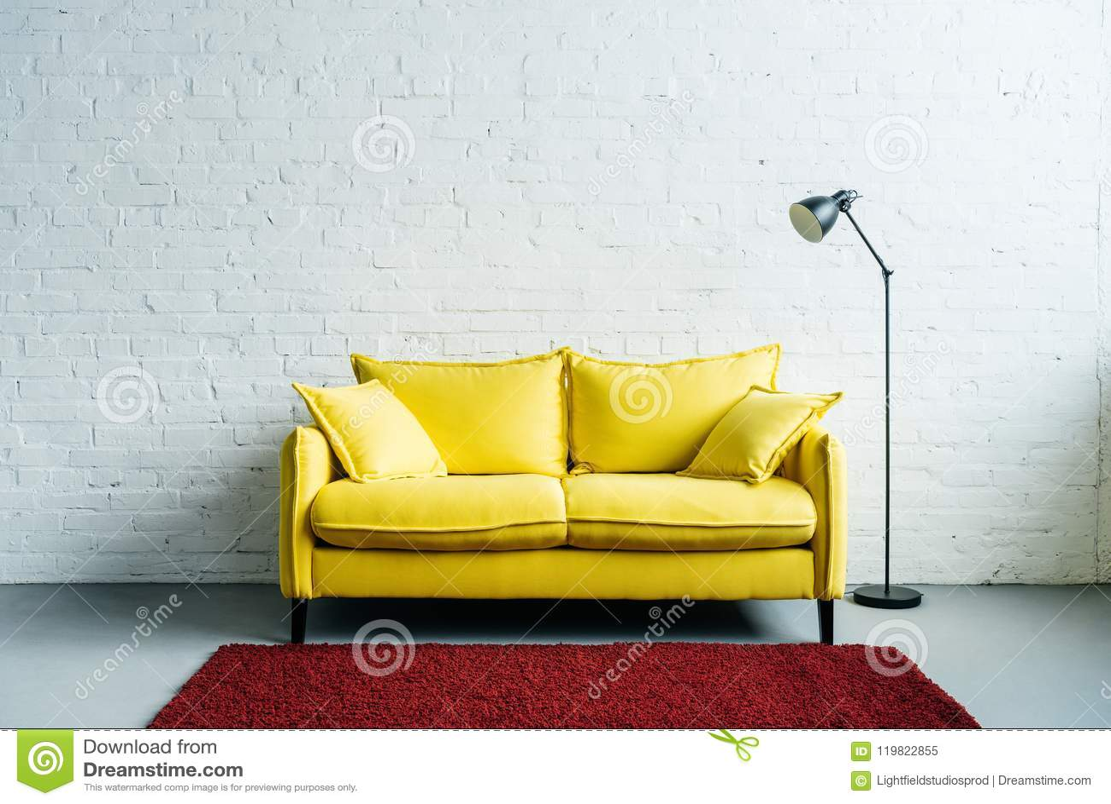 现代客厅内部有地毯、长沙发和地板的
