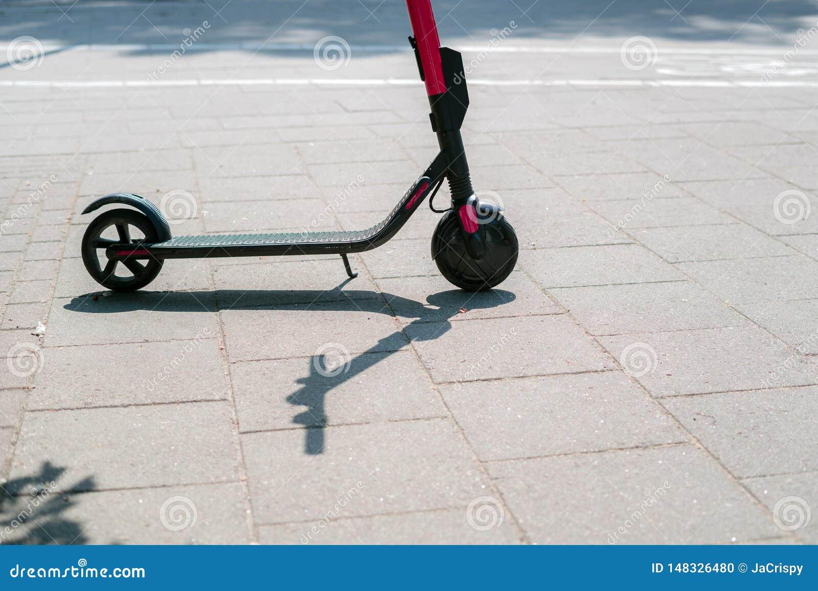现代户外租的eco电城市滑行车在边路 供选择的旅游业,在城市附近的运输,自行车