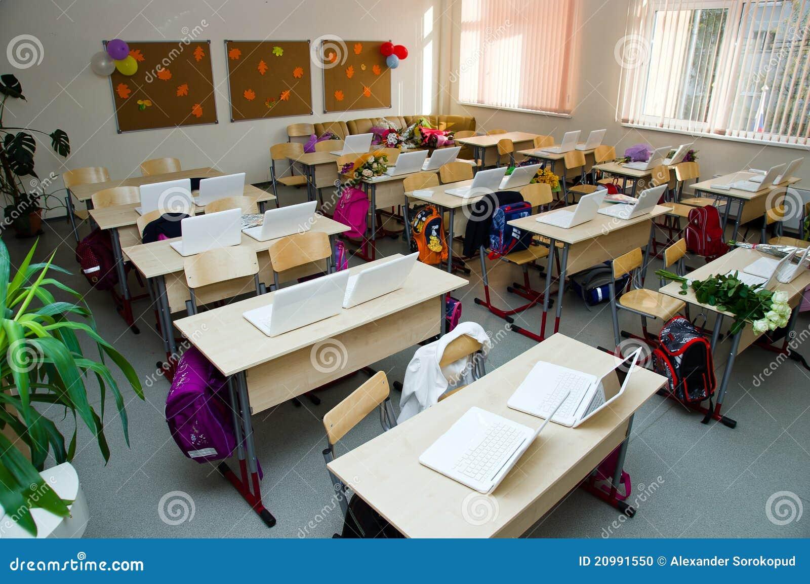 现代教室的膝上型计算机