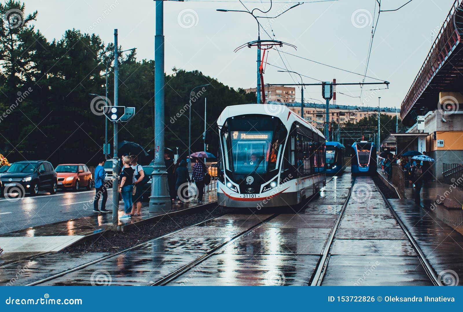 现代新的灰色电车71-931M'Vityaz-M'在莫斯科在雨中