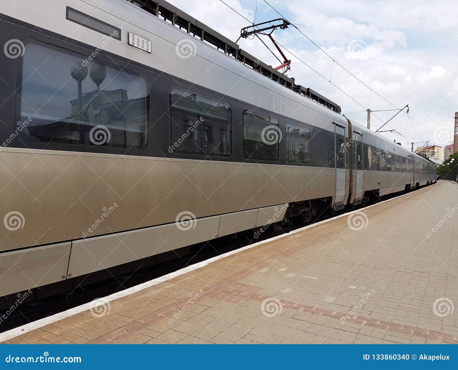 现代火车的构成在利沃夫州火车站的平台的 基础设施快速的运输 高科技