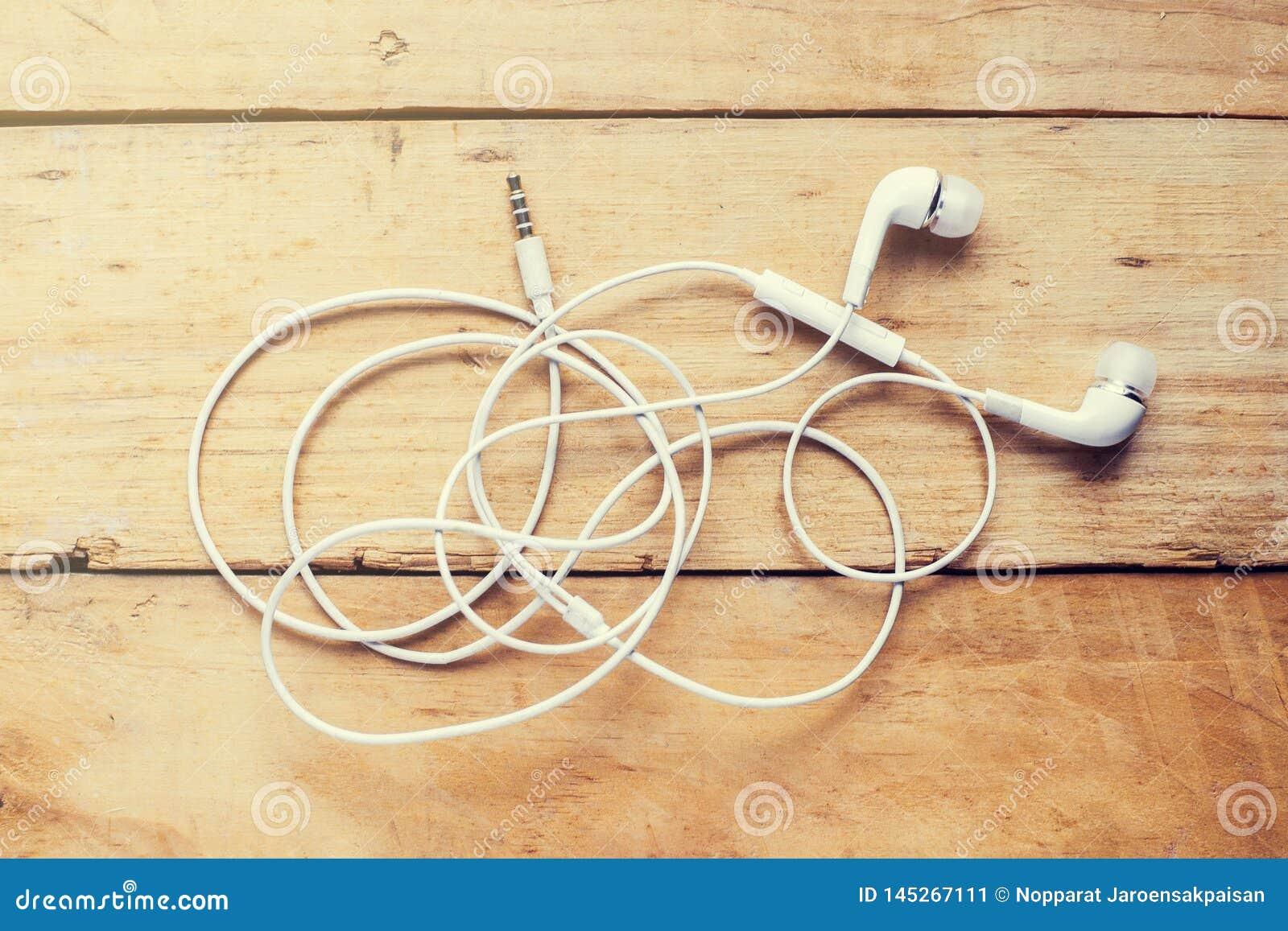 现代白色耳机,白色在耳朵耳机