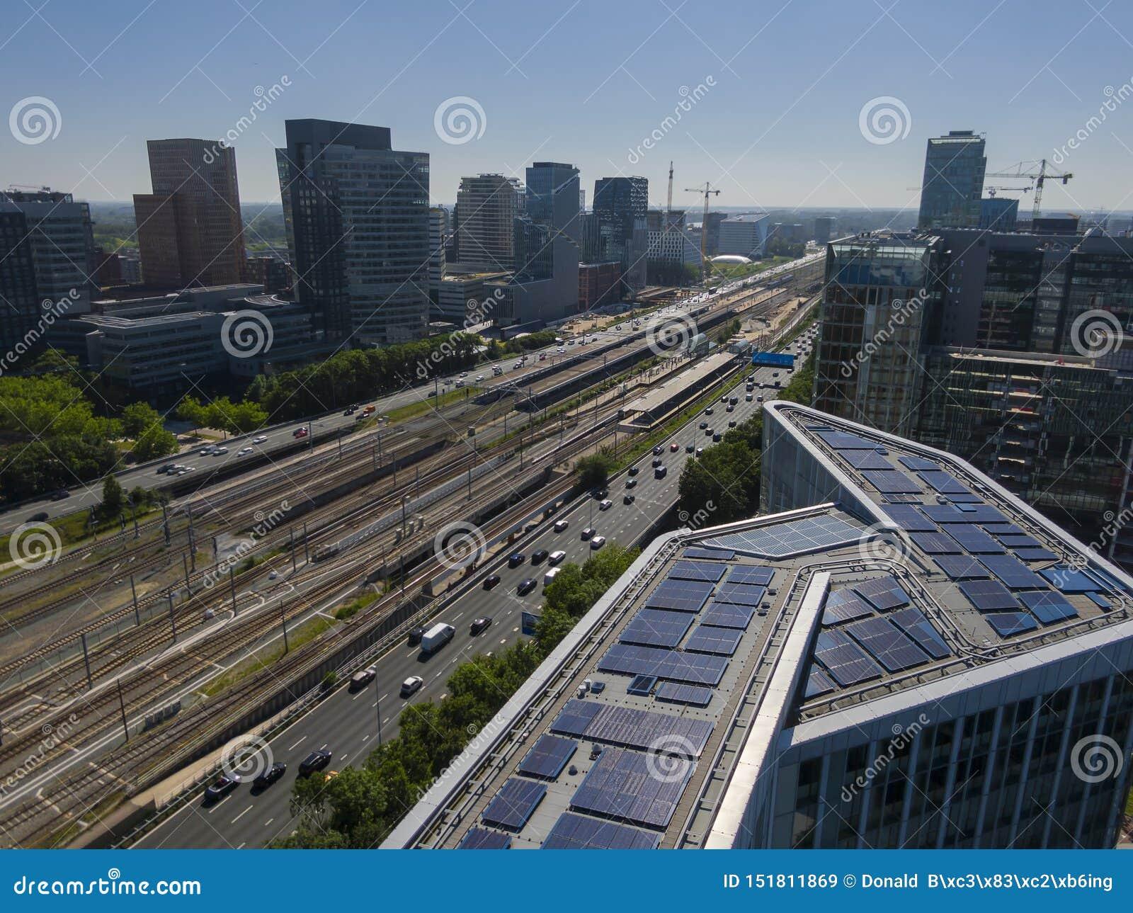 现代能承受的办公楼,一部分天线与太阳电池板的运输针对的发展在阿姆斯特丹Zuidas