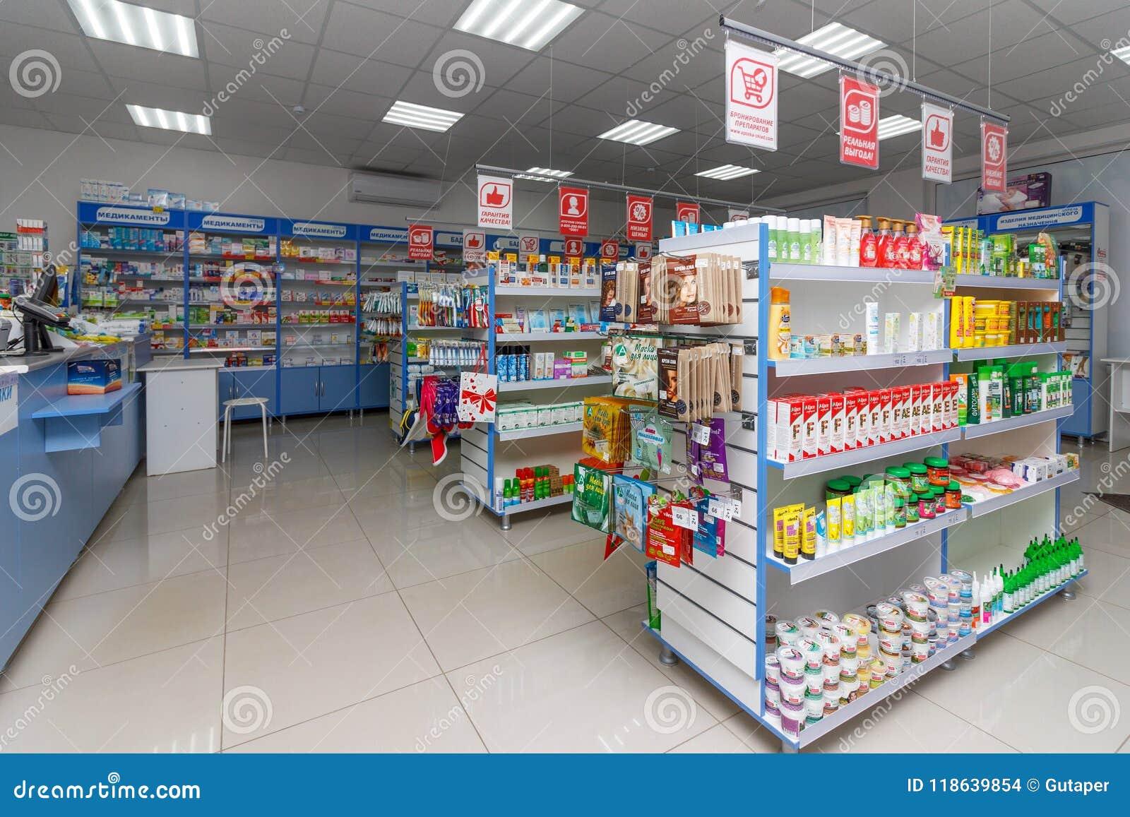 现代药房内部与医学、化妆用品和产品的在架子的医疗保健的在俄罗斯