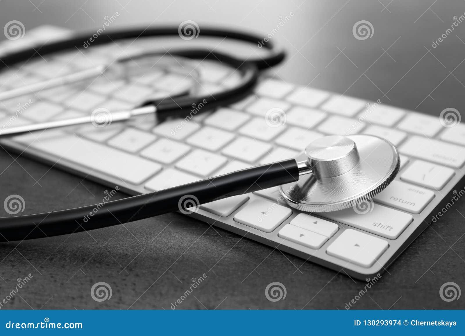 现代键盘和听诊器在桌上