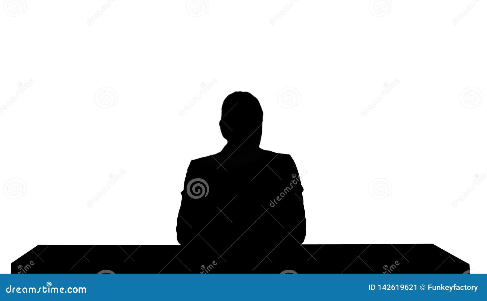 现出轮廓提出新闻的一个女性新闻报道员,增加您自己的文本或图象屏幕在她后