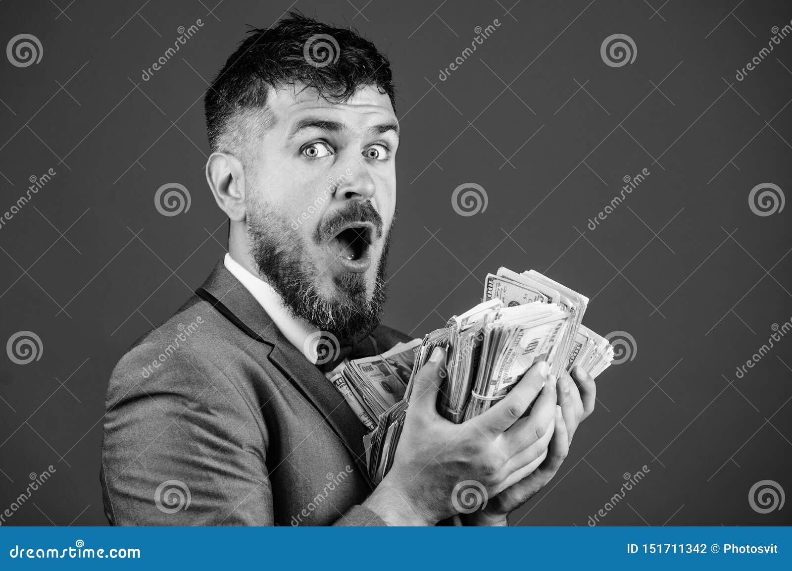 现金交易事务 人愉快的优胜者富有的举行堆美元钞票蓝色背景 o