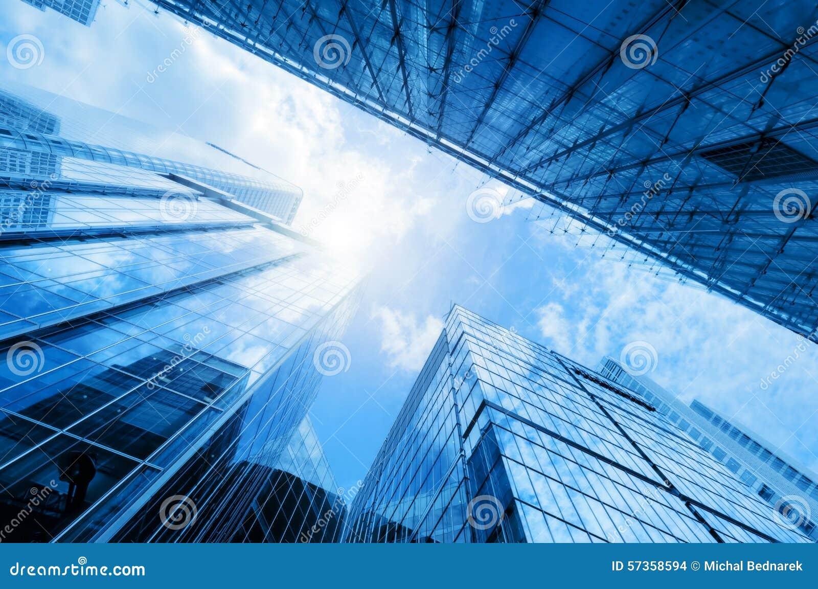 现代企业摩天大楼,高层建筑物,建筑学上升对天空的,太阳