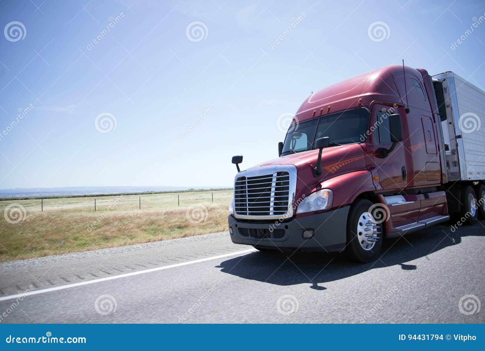 现代半红色卡车和收帆水手拖车在路在晴天