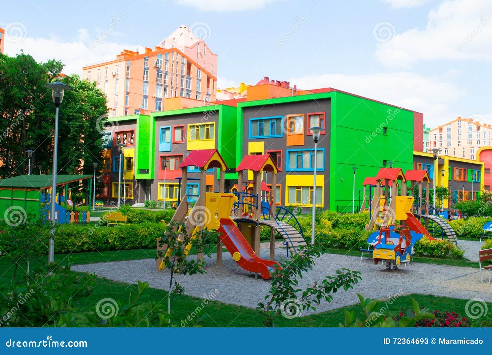 现代和五颜六色的幼儿园教学楼
