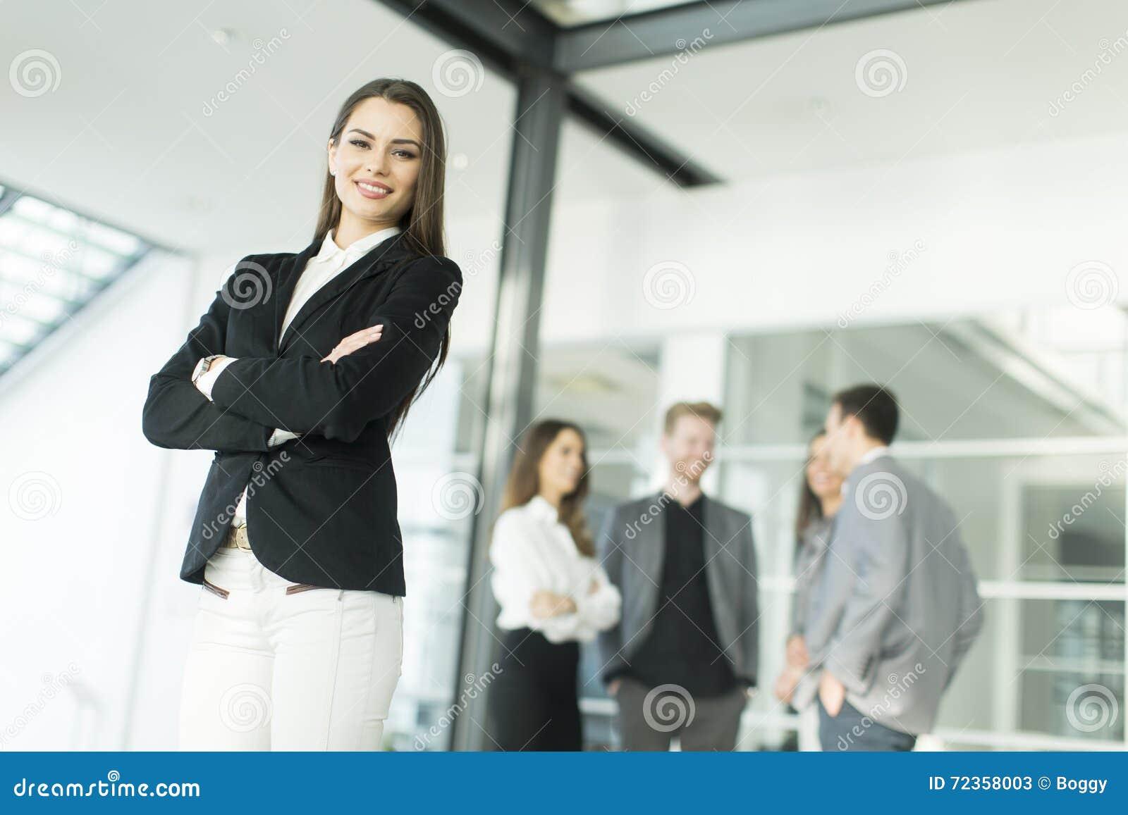 现代年轻商人在办公室