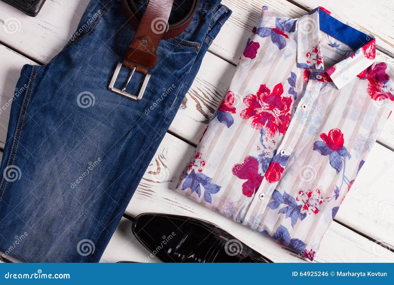 现代套人的衣物