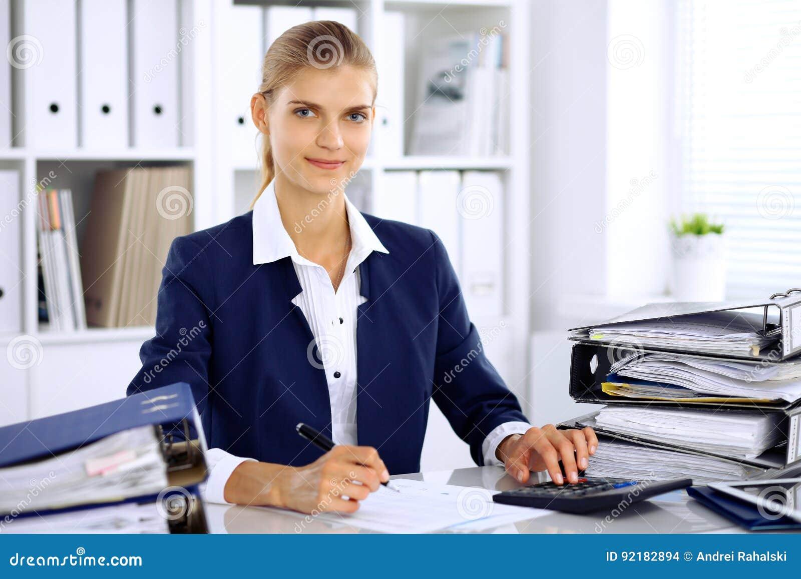 现代女商人或确信的女性会计在办公室