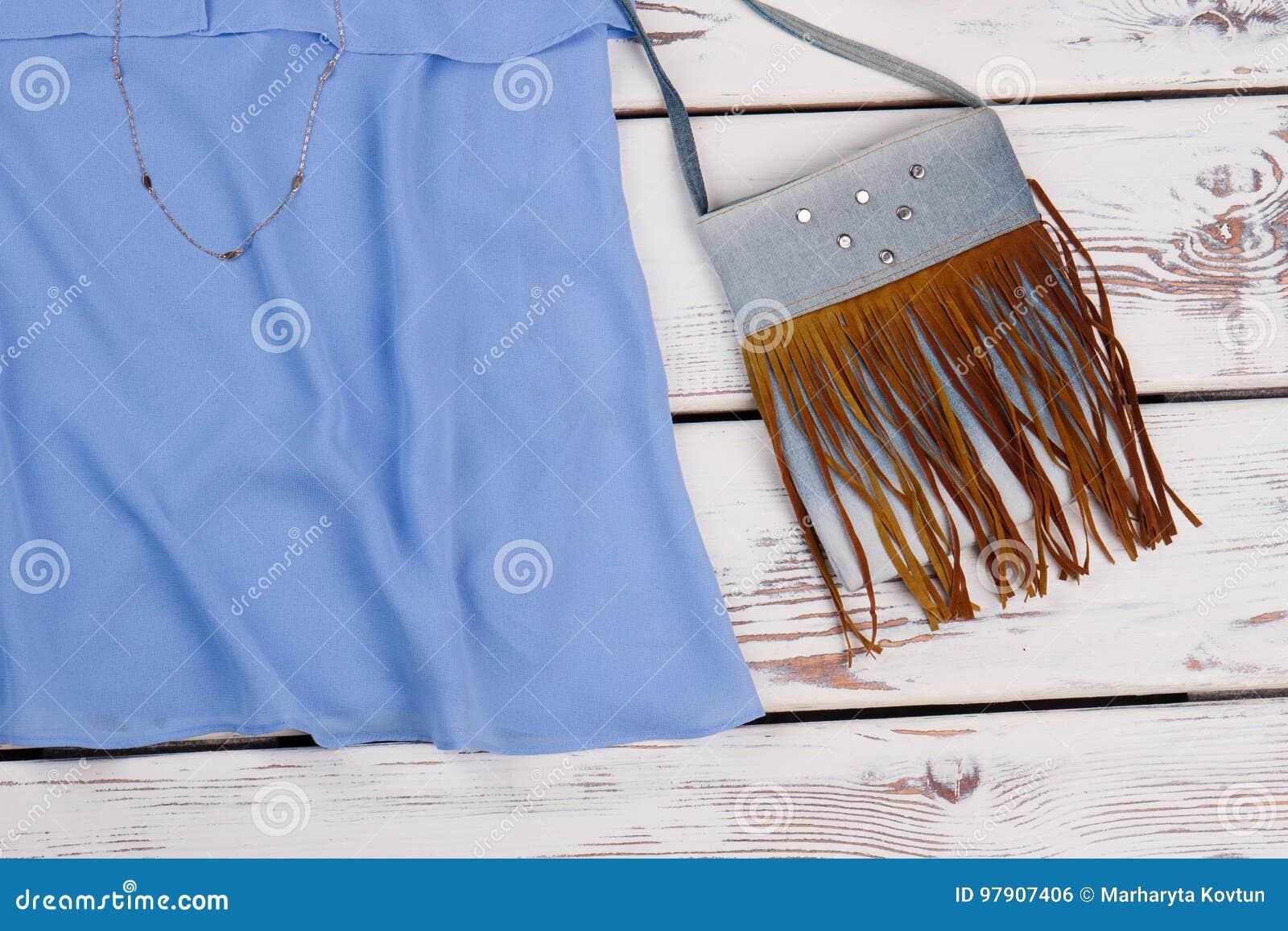 现代女性提包和衣物