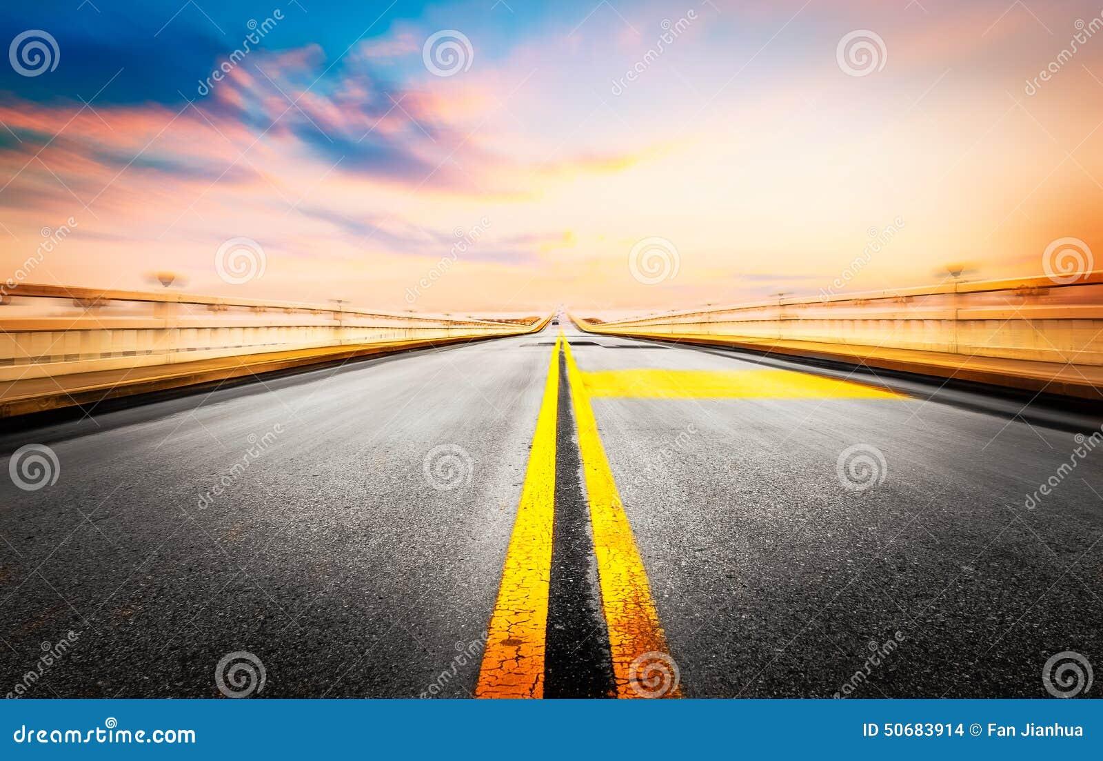 Download 现代建筑学背景和路 库存照片. 图片 包括有 云彩, 汽车, 业务量, 繁忙, 室外, 标号, 转接, 模糊 - 50683914