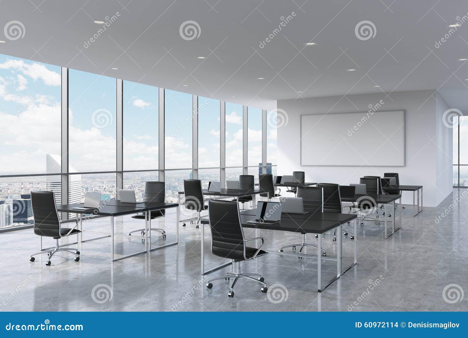 现代膝上型计算机装备的公司工作场所在一个现代全景办公室在纽约