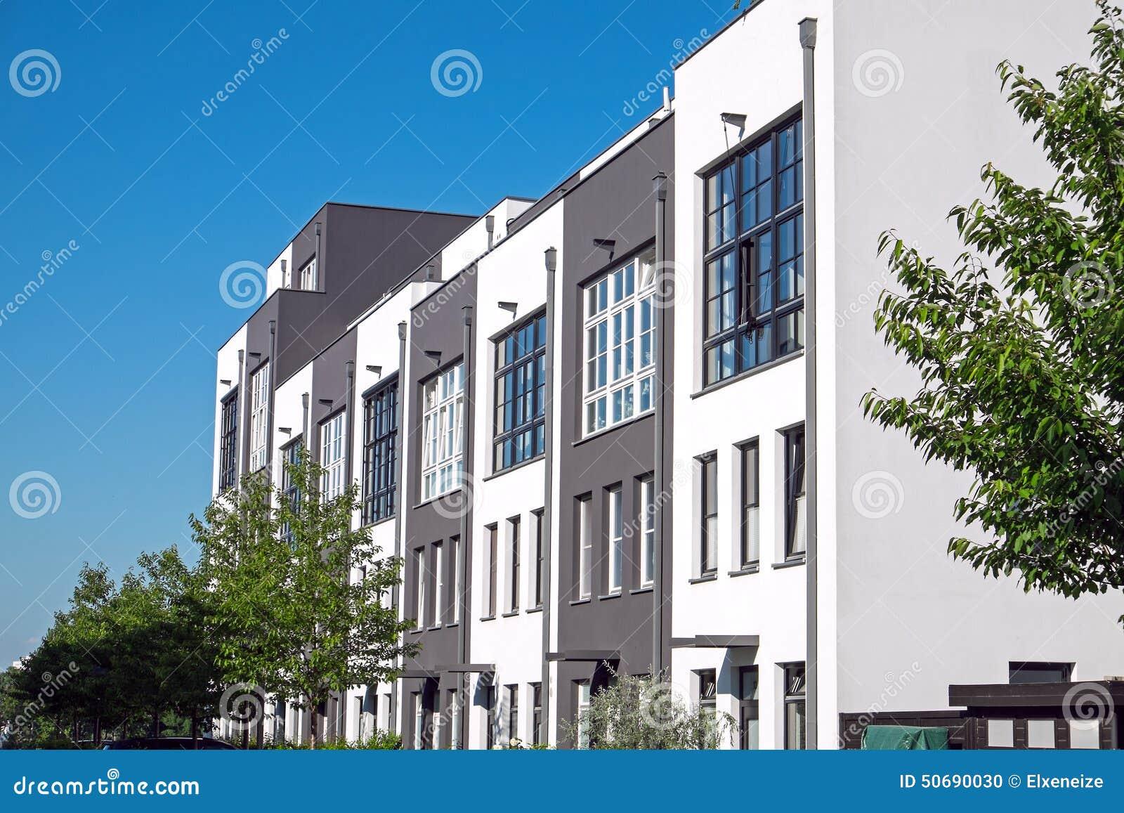 Download 现代连续住房在柏林 库存照片. 图片 包括有 庄园, 蓝色, 现代, 结构树, 工厂, 房子, 露台, 天空 - 50690030