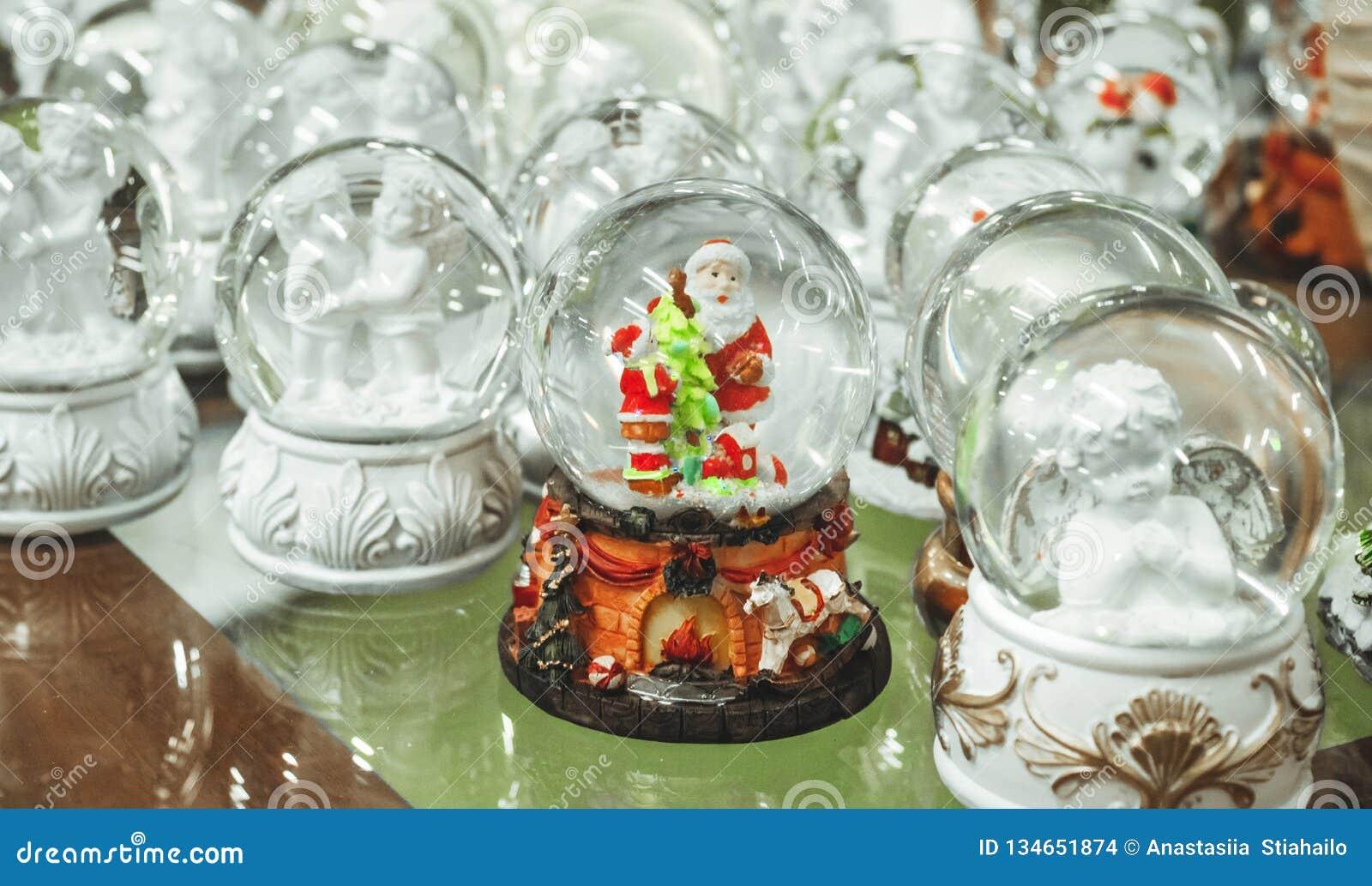 玻璃圣诞节玩具,纪念品-在圣诞节市场的柜台的雪球