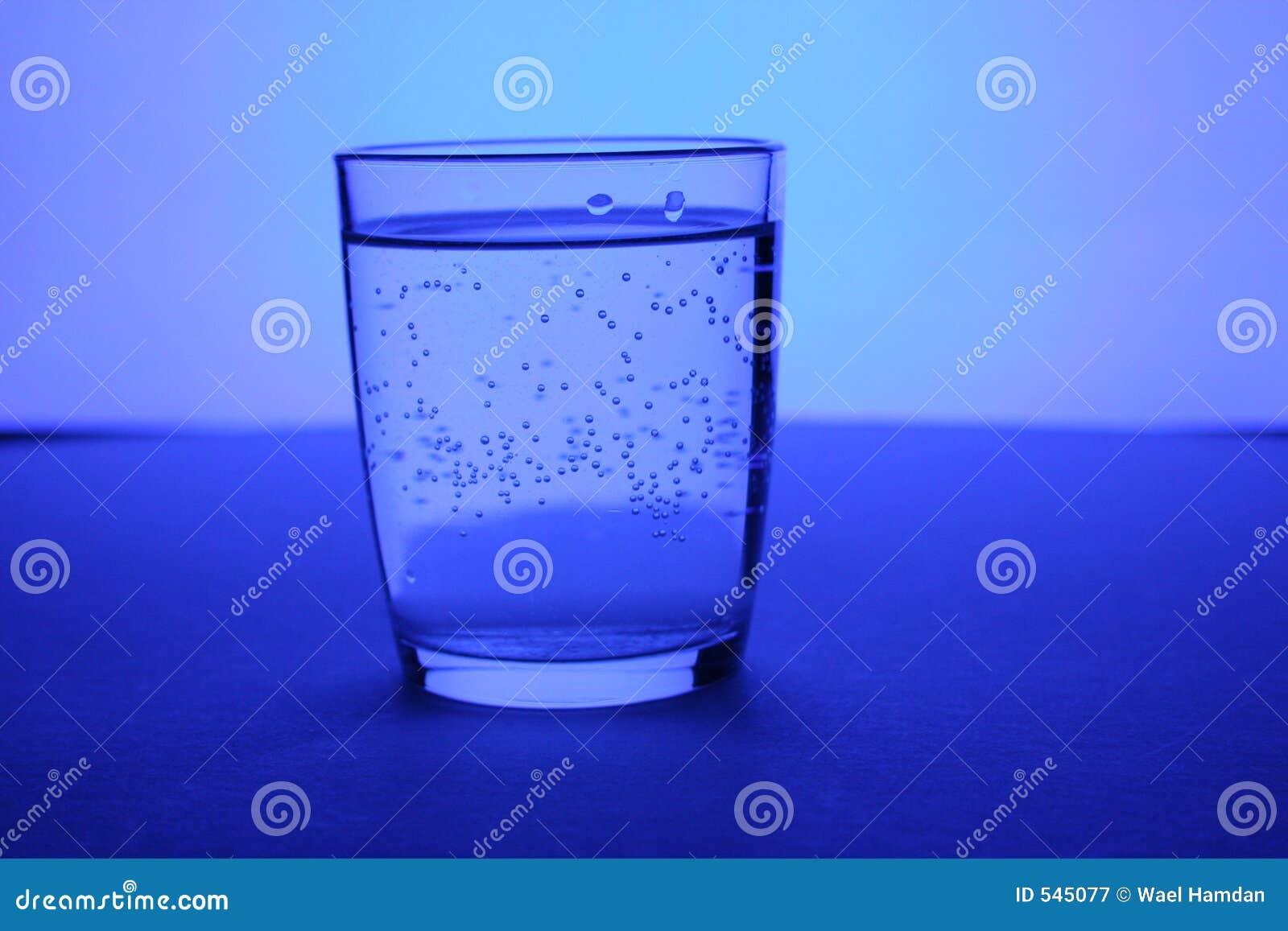 Download 玻璃水 库存图片. 图片 包括有 玻璃, 仍然, 闪耀, 蓝色, 颜色, 下落, 汁液, 治疗, 健康, 虚拟 - 545077