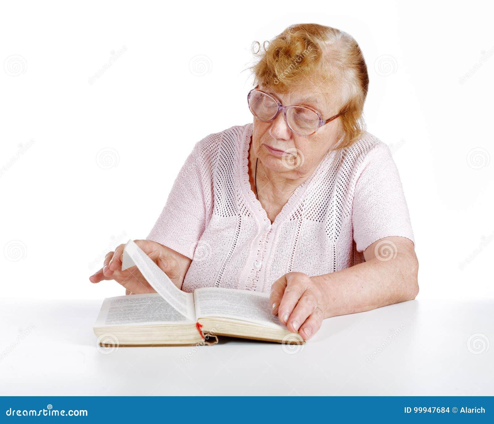 玻璃的老妇人在白色读书