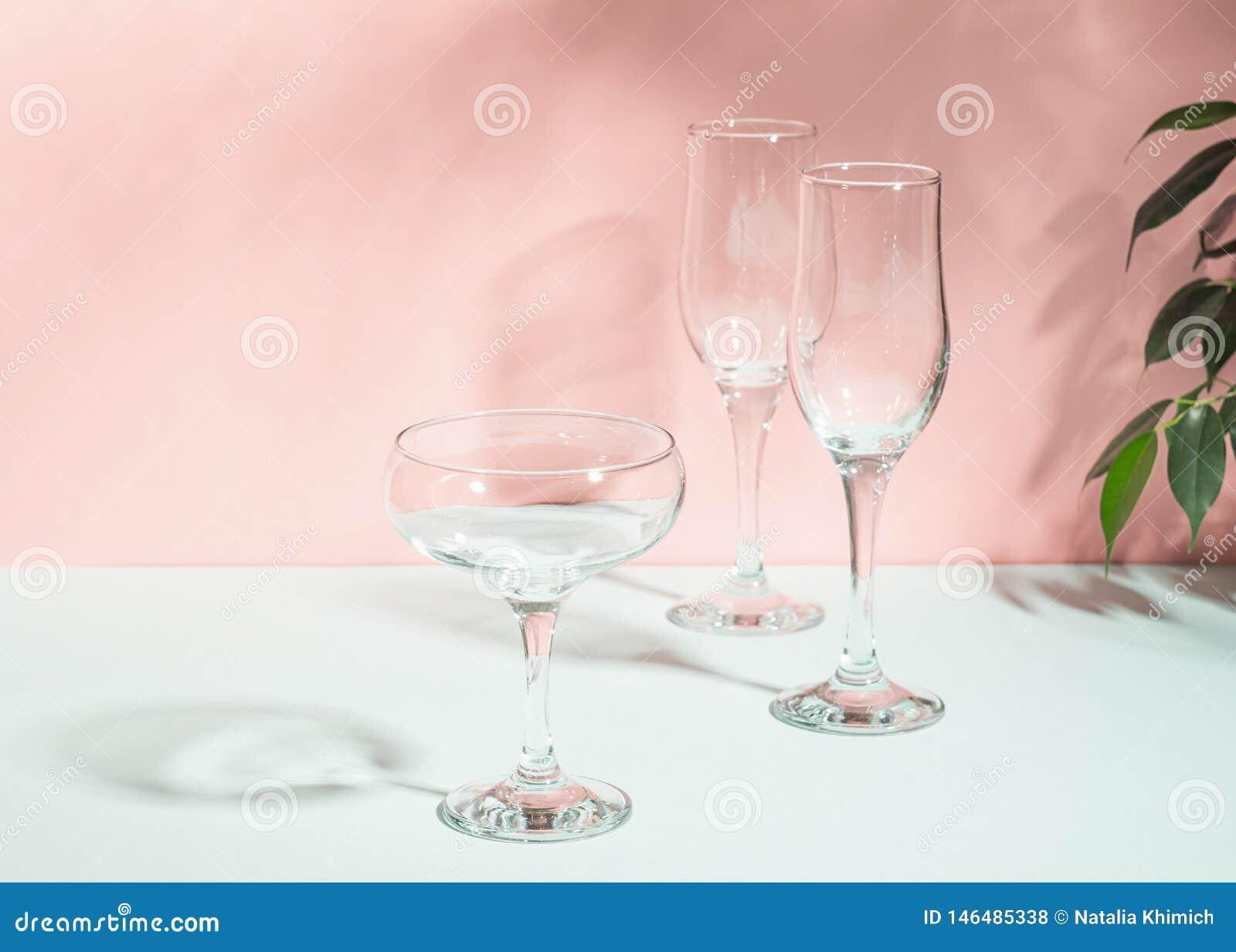 玻璃空为酒香槟桃红色背景明亮的光 夏天概念简单派 r r