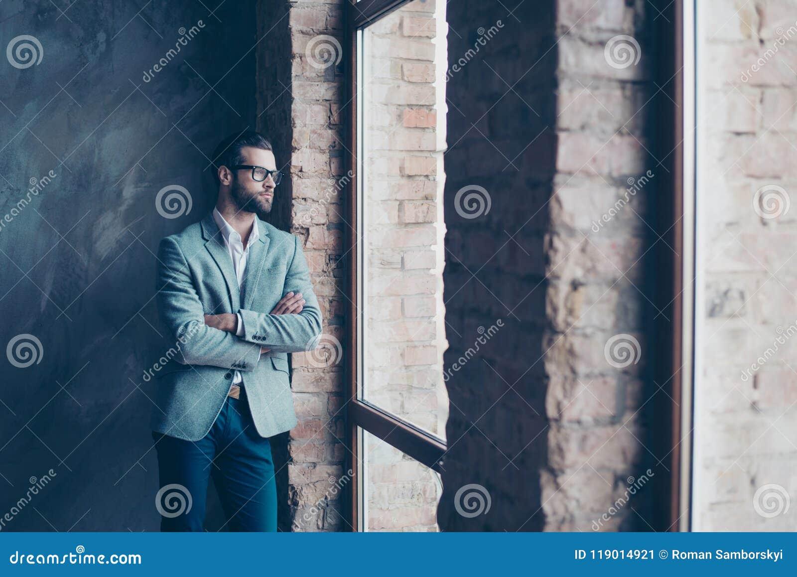 球尺寸三 时髦的年轻有胡子的人在附近站立